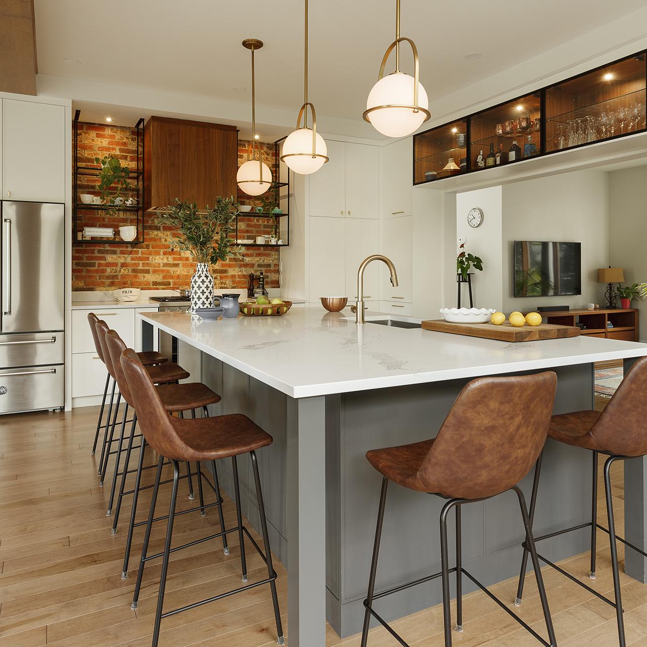 ilot de cuisine avec tabourets autour famille armoires cuisines action