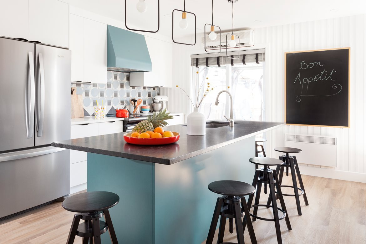 The colorful kitchen island, a must!
